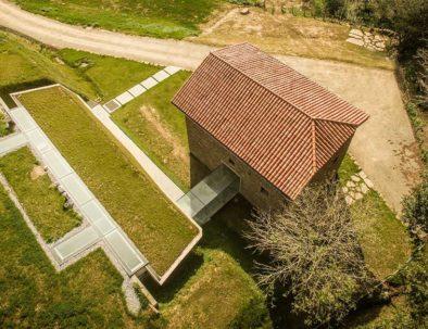 vista aerea caserío reformado para convertirse en un alojamiento rural moderno en bera navarra