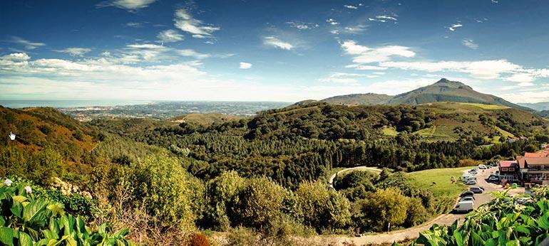 Alto o Col de Ibardin zona comercial en la frontera entre francia y navarra
