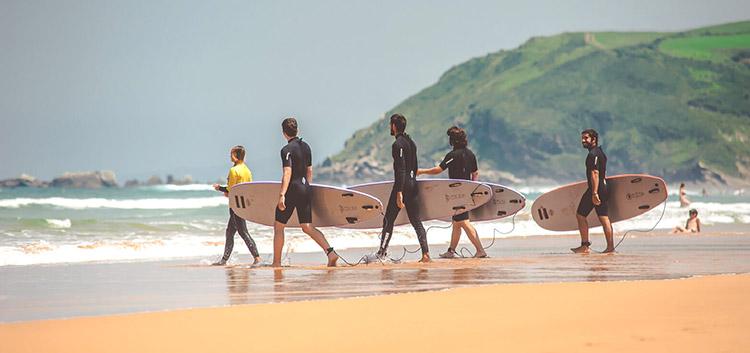 practica surf en cualquiera de las playas de al rededor de la casa rural para grupos Landaburu Borda