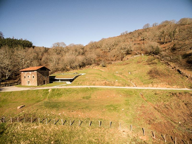 Landaburu Borda como alquiler de casa rural completa para grupos dispone de un terreno de unos 4000m2 con zonas de tumbonas