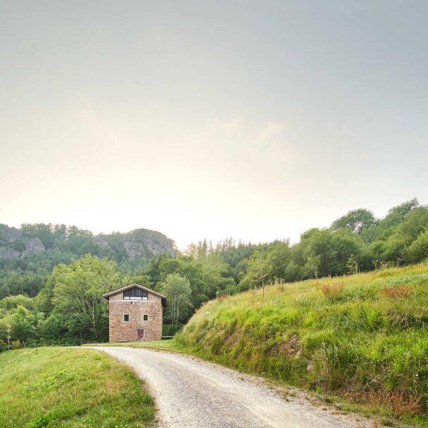 Exterior de la casa rural moderna y de lujo de alquiler íntegro ubicada en plena naturaleza