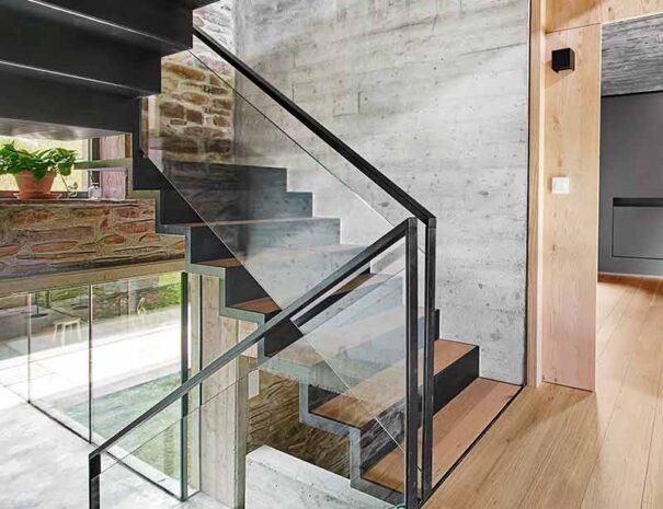 Caserío reformado en casa rural moderna cerca de la playa. Escalera interior Landaburu Borda.