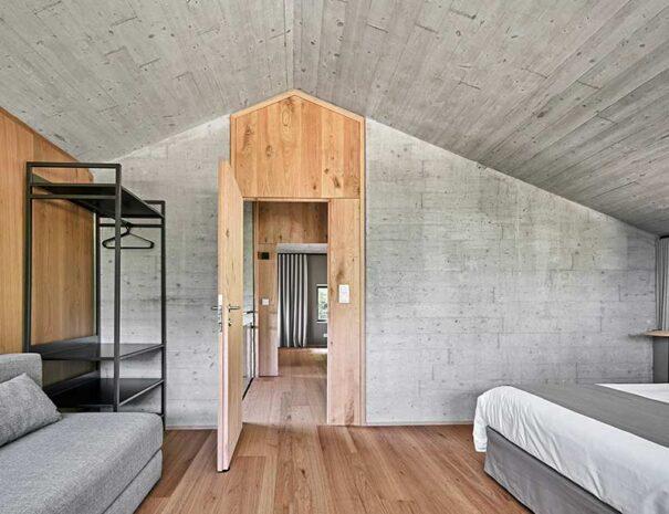 Habitaciones modernas de hormigón para alquiler casa rural con encanto. Rehabilitación caserío Landaburu Borda.
