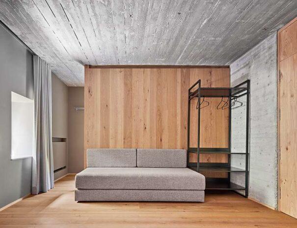 Habitaciones de casa rural moderna totalmente equipadas para hacer turismo rural en Navarra y País Vasco.
